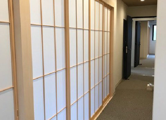 紙貼り障子戸で部屋を間仕切る(NO-191210)